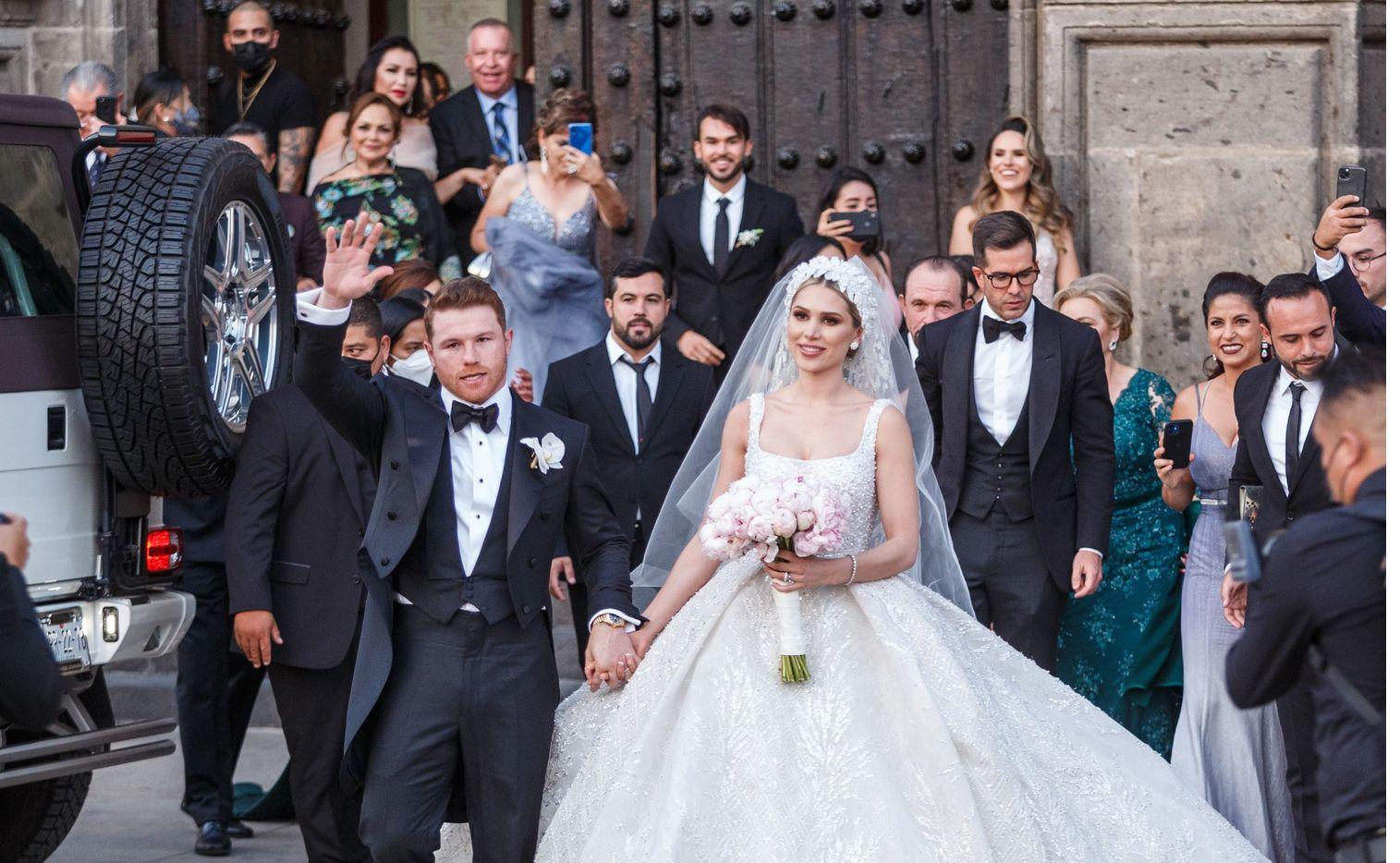 """Saúl """"Canelo"""" Álvarez y la modelo Fernanda Gómez se dieron el sí frente al altar de la Catedral de Guadalajara el sábado 22 de mayo de 2021."""