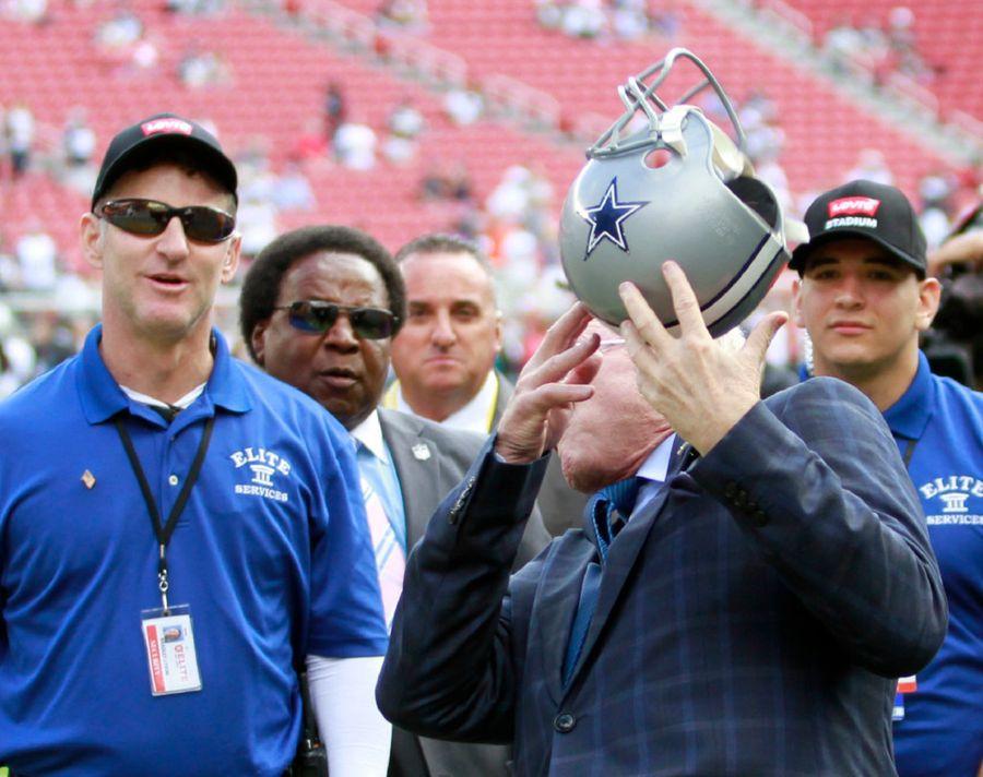 Jerry Jones es golpeado por un casco de los Cowboys lanzado por un fan el domingo en San Francisco. Foto DMN