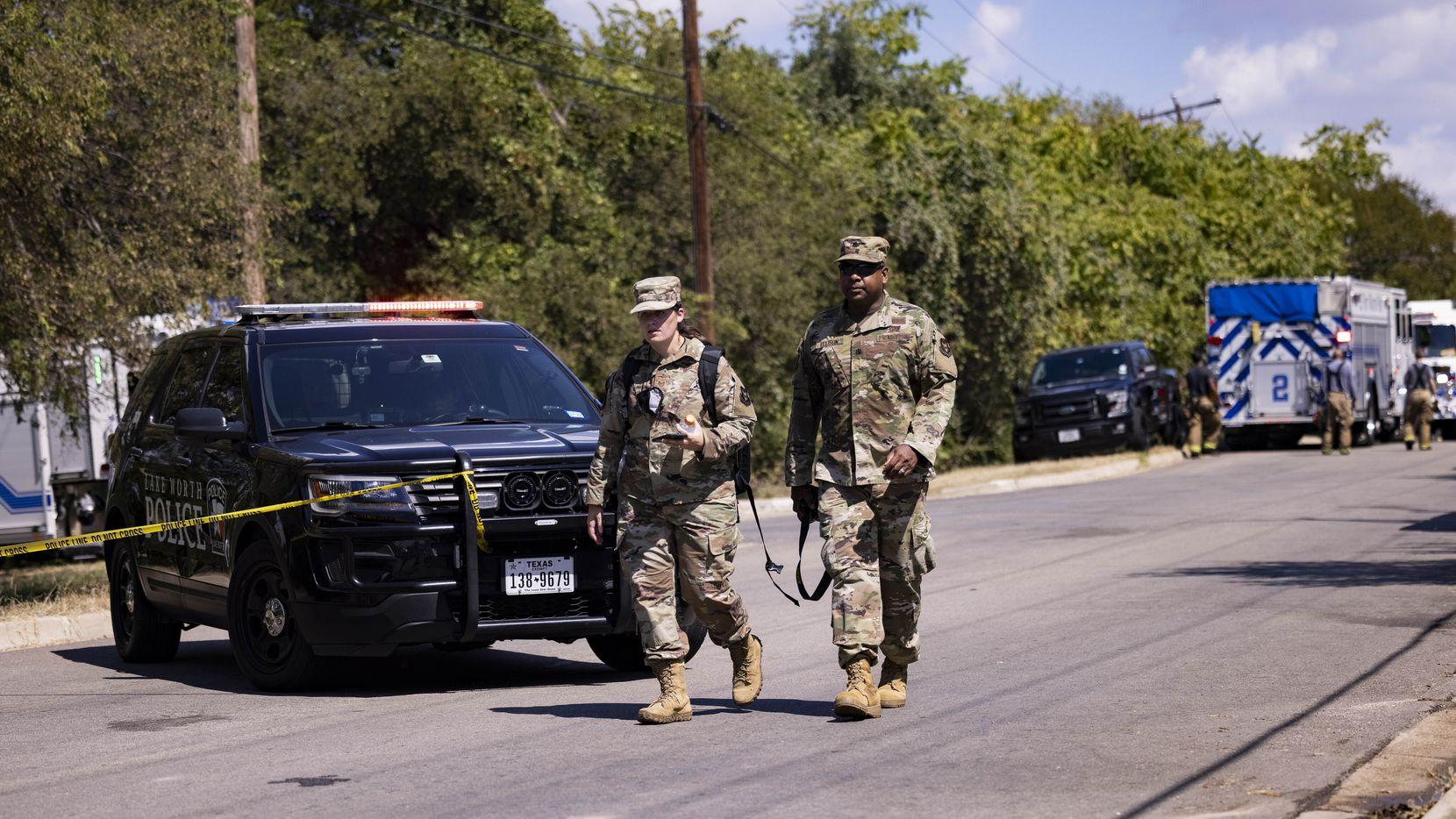 Elementos de US Air Force mantienen vigilancia en el vecindario de Lake Worth donde se estrelló un avión de pruebas.
