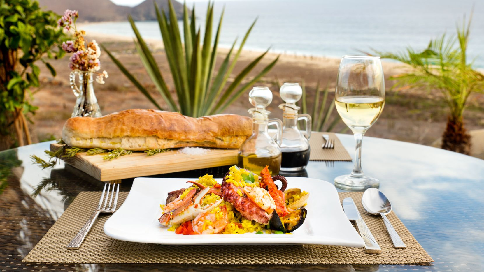 El Mirador boasts ocean views and tasty food.