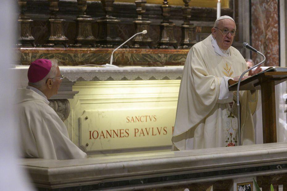 El papa Francisco encabeza una misa en honor a Juan Pablo Segundo el 18 de mayo en El Vaticano.
