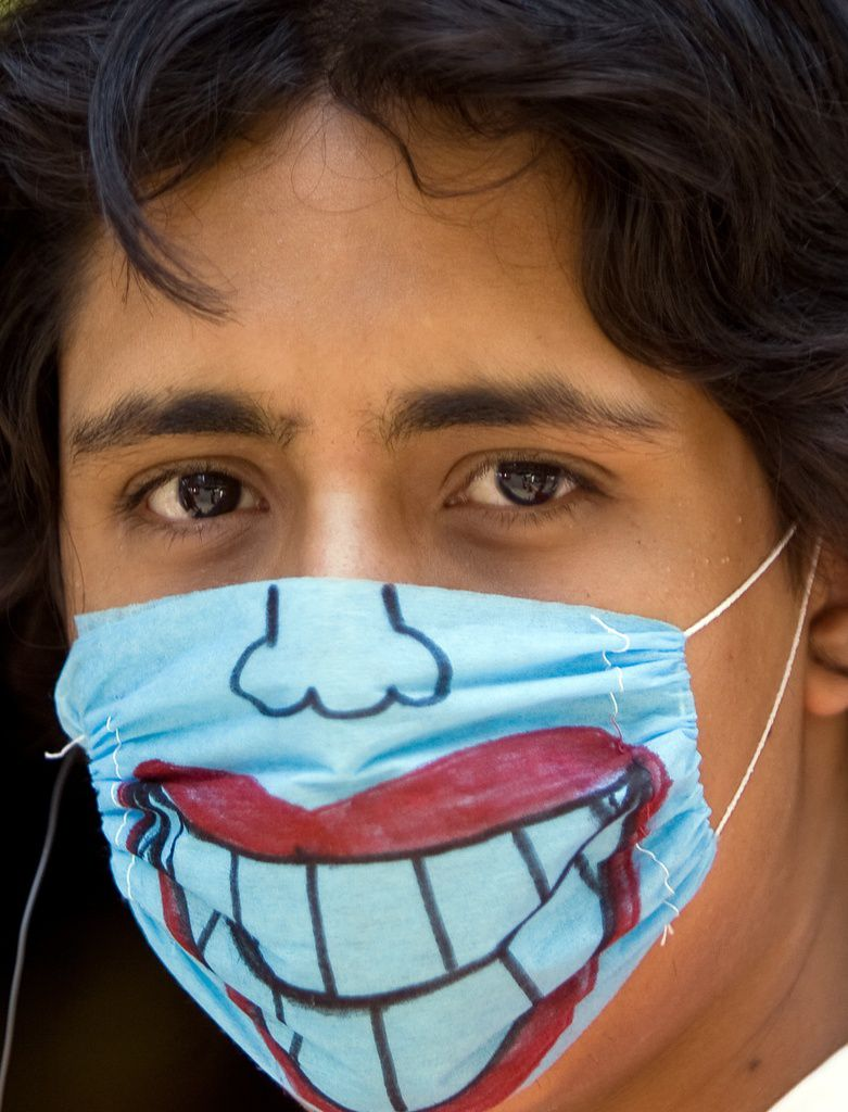 Al usar los cubrebocas para evitar el contagio de influenza AH1N1, las personas en México no dudaron en hacer uso de su creatividad para adornarlos.