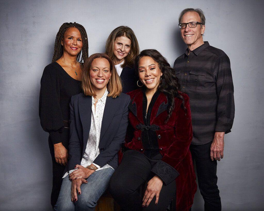 """En esta foto del 26 de enero de 2020, Sil Lai Abrams, de pie a la izquierda, la directora Amy Ziering, el director Kirby Dick, Drew Dixon, sentada a la izquierda, y Sheri Hines posan durante la promoción de su documental """"On the Record"""" durante el Festival de Cine de Sundance, en Park City, Utah. La película ofrece un retrato íntimo del acoso sexual en la industria de la música."""