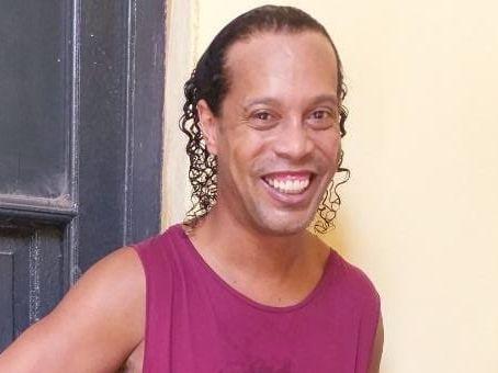 Ronaldinho, en prisión preventiva, no pierde su sonrisa como se ve en esta fotografía que se le tomó en el reclusorio de Asunción, Paraguay.