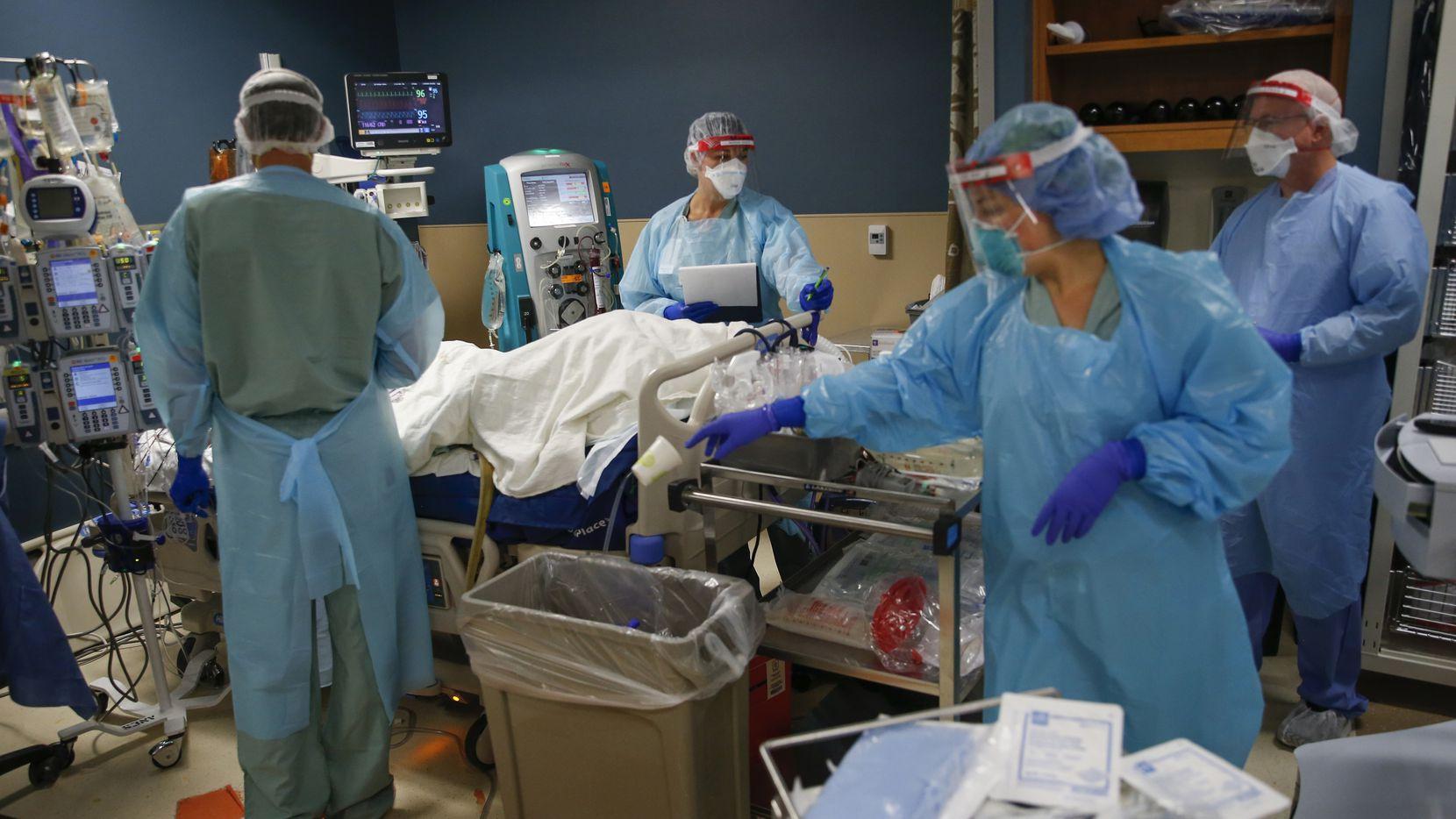 Los médicos y personal de la salud de Parkland que atienden enfermos de covid-19 pronto recibirán refuerzos federales.