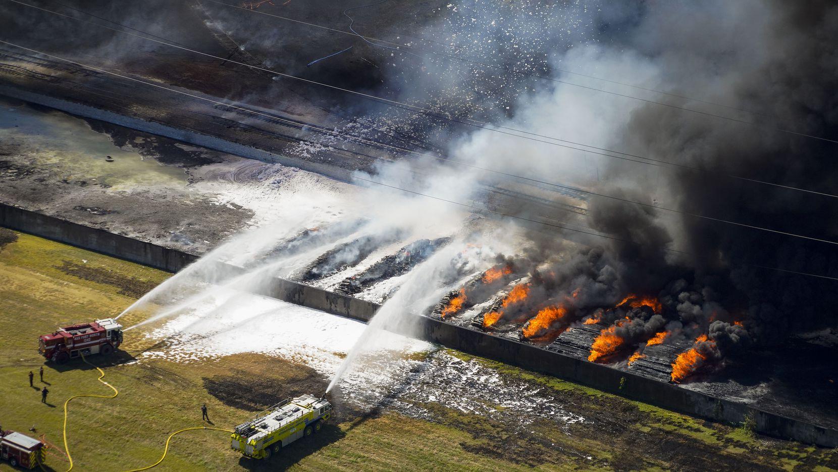 Los bomberos de Grand Prairie dicen que la fábrica continuará quemándose por los próximos dos días.