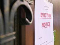 Una notificación de desalojo en la puerta de una vivienda.