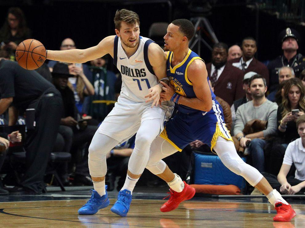El jugador de los Mavericks de Dallas, Luka Doncic (77), es custodiado por el jugador de los Warriors de Golden State, Stpehen Curry, en un partido disputado el 13 de enero de 2019 en el American Airlines Center de Dallas.