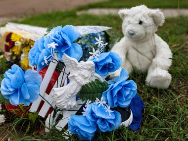 A makeshift memorial on Saddleridge Drive in Dallas on Monday, May 17, 2021, rests near where the body of a 4-year-old Cash Gernon was found Saturday morning. (Lola Gomez/The Dallas Morning News)