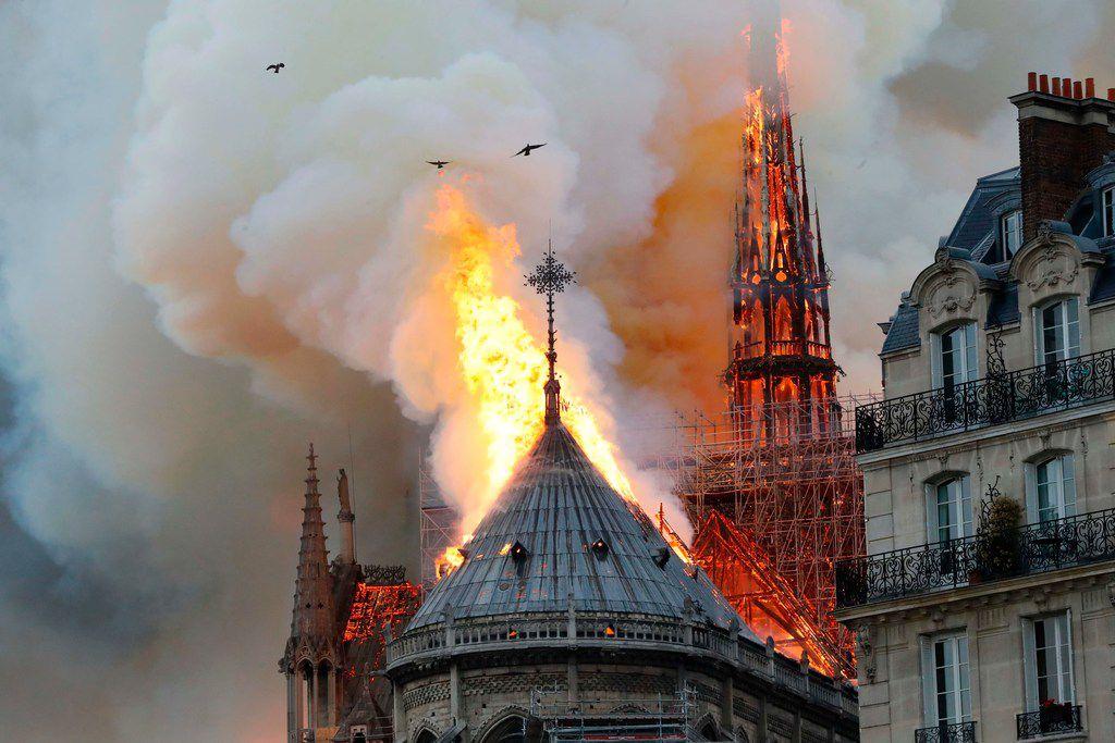 """La prensa local citó al cuerpo de bomberos de París diciendo que el incendio está """"potencialmente vinculado"""" a los trabajos de renovación. (AP Photo/Lori Hinant)"""