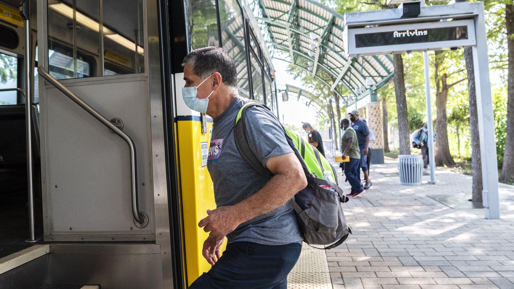 Cheno Zubiri utiliza una mascarilla para subirse a un tren de DART en la estación del Dallas Zoo. El requisito de uso de mascarillas en los sistemas de transporte fue extendido hasta enero de 2021.
