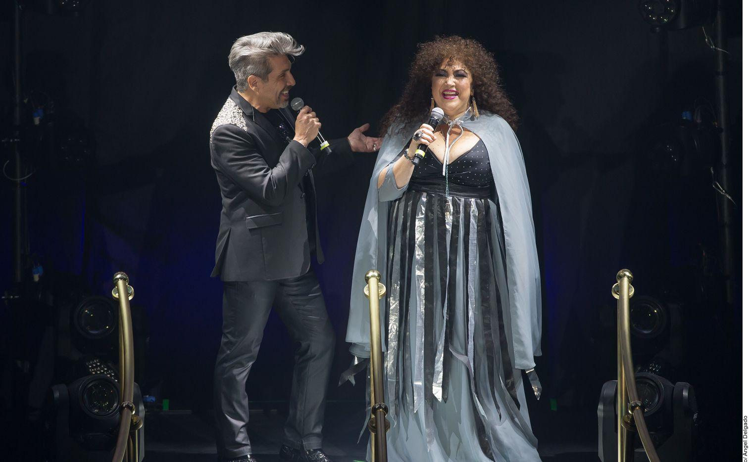 Diego Verdaguer y Amanda Miguel juntos en el escenario.