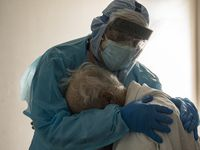 El doctor Joseph Varón consuela a un paciente internado en terapia intensiva por covid-19 en Thanksgiving, en el   United Memorial Medical Center de Houston, Texas.