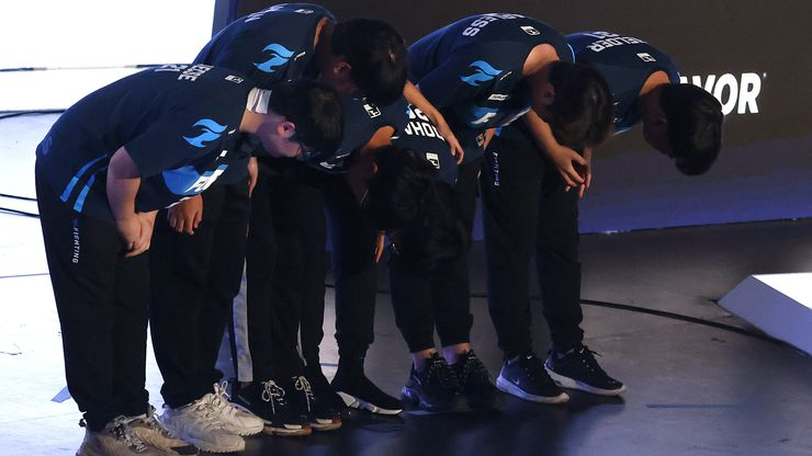 The Dallas Fuel team bows to their fans after defeating the Houston Outlaws in their Overwatch League match at Esports Stadium Arlington Friday, July 9, 2021. The Fuel defeated Houston in The Battle for Texas, 3-0. It was the first in-person live competition for fans in over a year. Houston competed from their hometown. (Tom Fox/The Dallas Morning News)