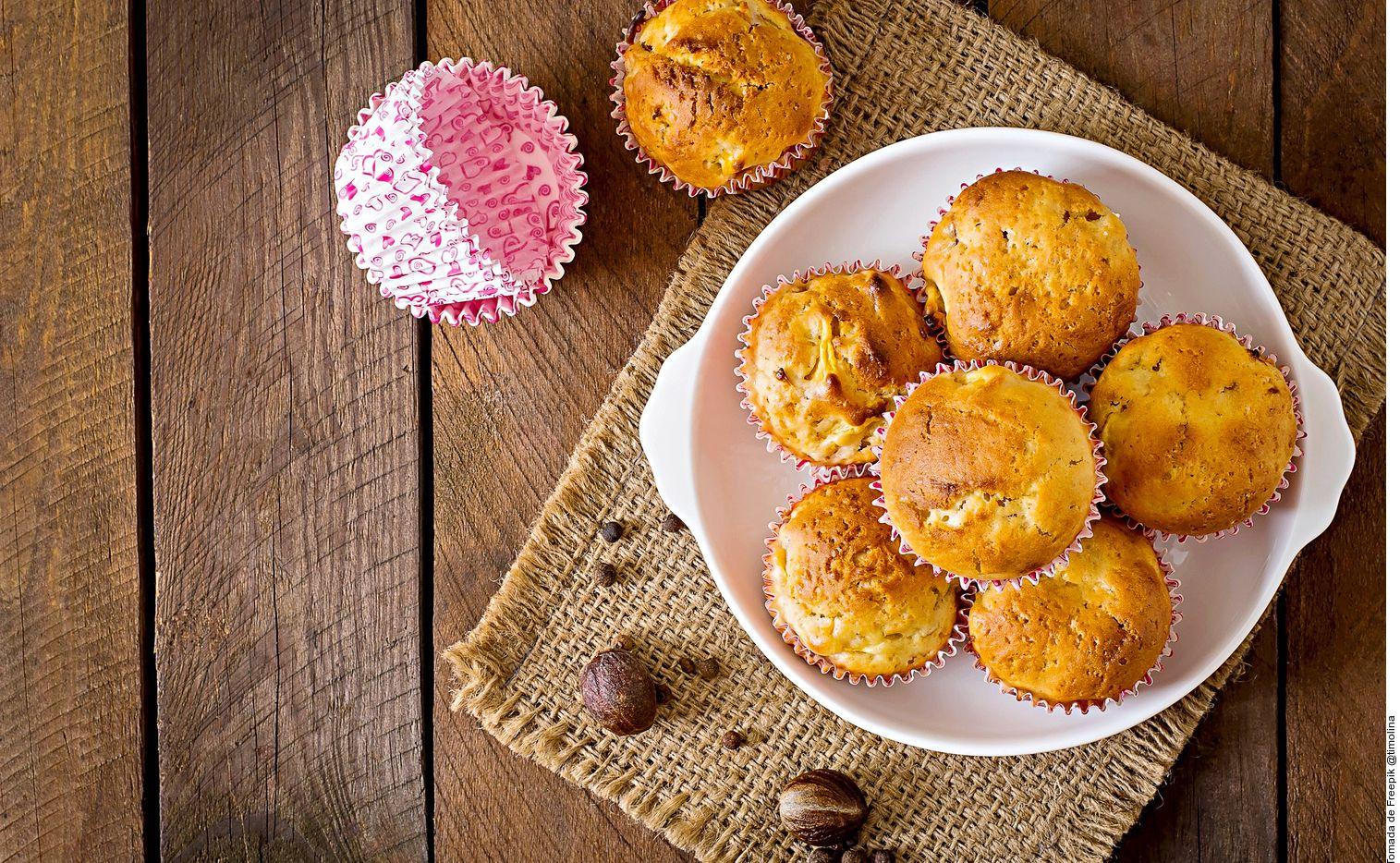 Para hacer unos muffins de manzana y nuez, usted debe acremar en la batidora la mantequilla con el azúcar, la vainilla y la miel. Incorporar los huevos uno a uno sin dejar de batir. Cernir los ingredientes secos e integrar a la mezcla en 3 partes.