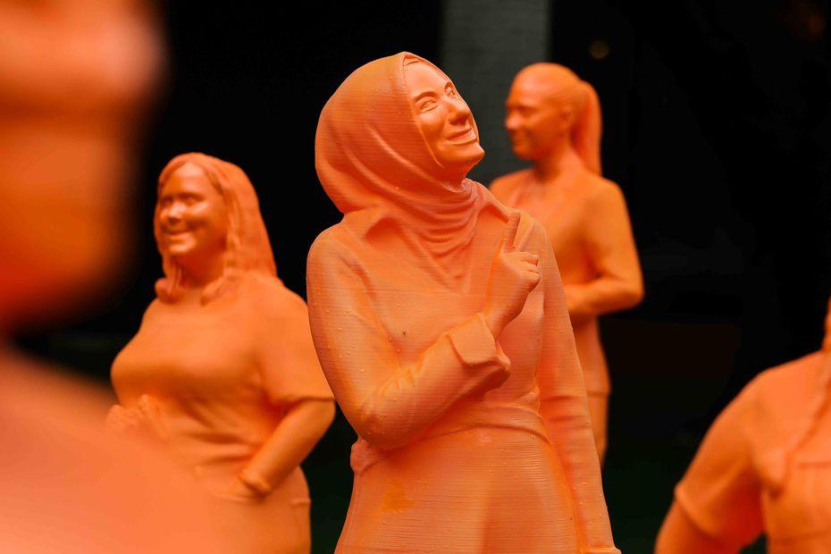 Una escultura de la astrónoma turca Burçin Mutlu-Pakdil forma parte de 121 estatuas, todas de mujeres en STEM, para la exhibición #IfThenSheCan el martes 18 de mayo de 2021 en el NorthPark Center en Dallas. (Lola Gomez/The Dallas Morning News)