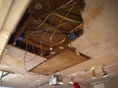 Este es el daño causado por una ruptura de tubería en la casa de Irasema Cantú, en Dallas