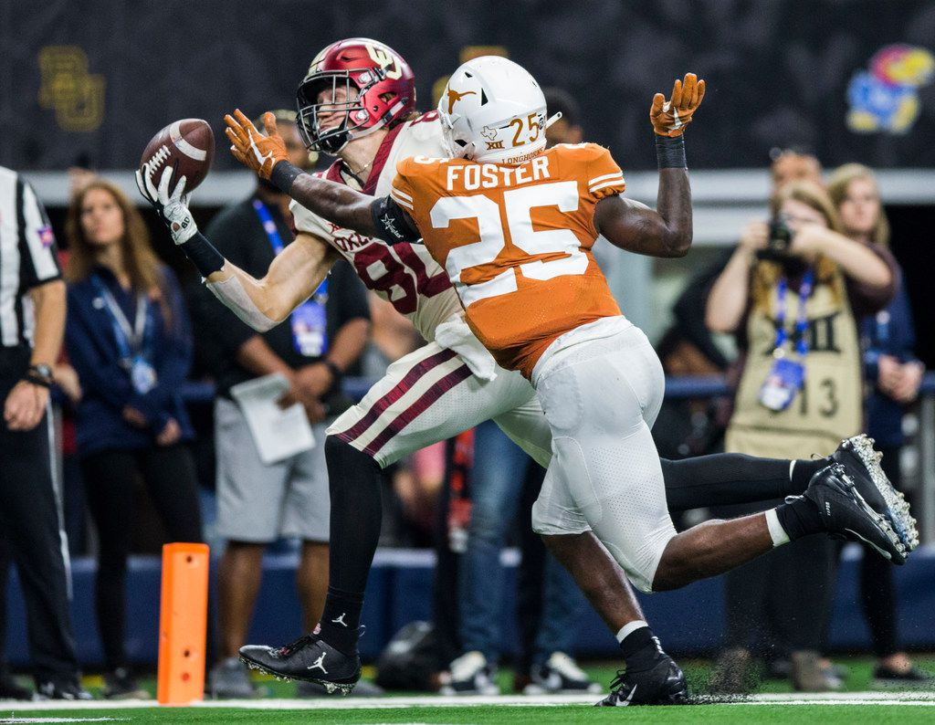 Oklahoma Sooners tight end Grant Calcaterra (80) catches a pass in the end zone for a touchdown ahead of Texas Longhorns defensive back B.J. Foster (25) during the fourth quarter of the Big 12 Championship football game between the Texas Longhorns and the Oklahoma Sooners on Saturday, December 1, 2018 at AT&T Stadium in Arlington, Texas. (Ashley Landis/The Dallas Morning News)