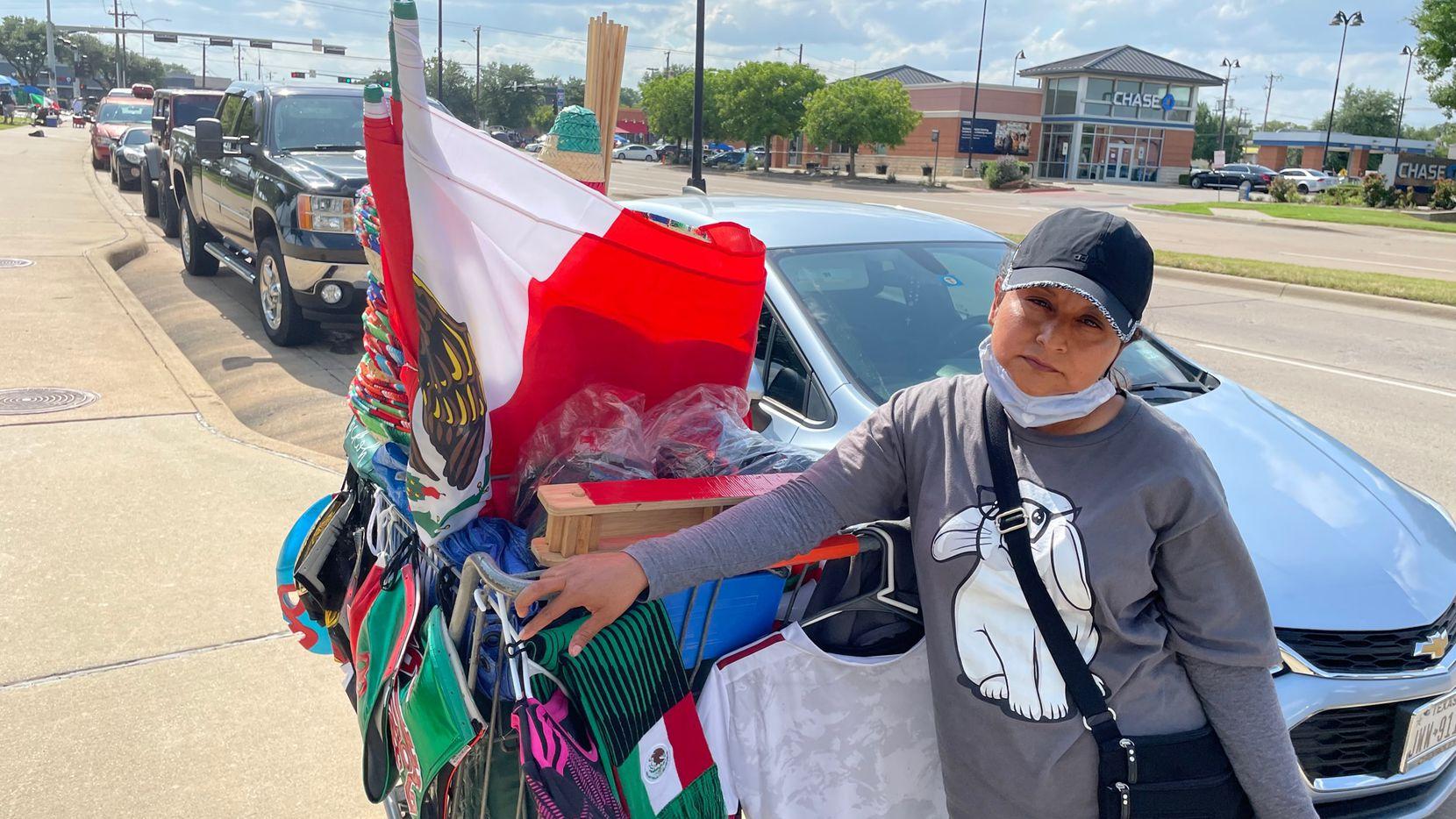 Patricia Hernández llegó a Dallas desde Los Ángeles, California, para vender mercancía de la selección mexicana afuera del AT&T Stadium.