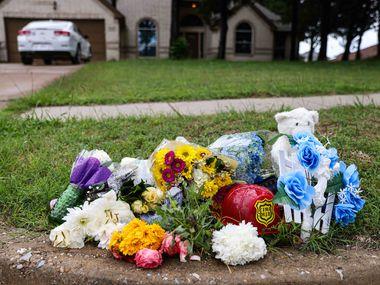 A makeshift memorial on Saddleridge Drive in Dallas rests near the spot where Cash Gernon's body was found.
