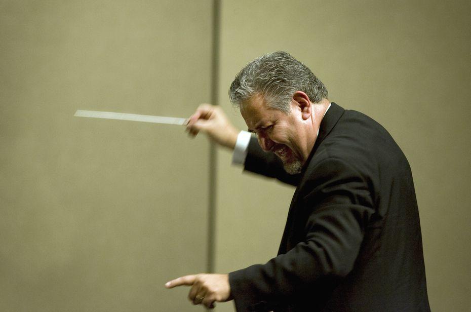 Maestro Héctor Guzmán dirige la Orquesta Sinfónica de Irving.