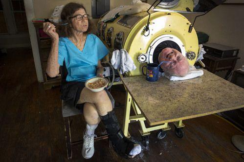 Paul Alexander unto a Kathryn Gaines, quien le ayuda todas las mañanas en su aseo personal. SMILEY POOL/DMN