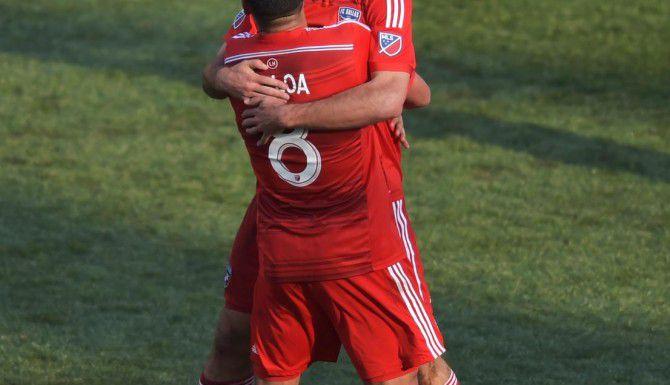 Ryan Hollingshead celebra su gol con su compañero del FC Dallas Víctor Ulloa (8) para la victoria 2-0 ante el Union el sábado en Filadelfia. (GETTY IMAGES/DREW HALLOWELL)
