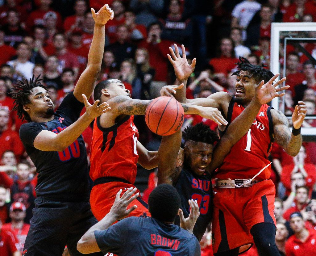 SMU's Ben Moore (00) and Cincinnati's Troy Caupain, second from left, Sterling Brown (3), Semi Ojeleye (33) and Jacob Evans (1) battle for an inbound ball during the final second of an NCAA college basketball game, Thursday, Jan. 12, 2017, in Cincinnati. Cincinnati won 66-64. (AP Photo/John Minchillo)