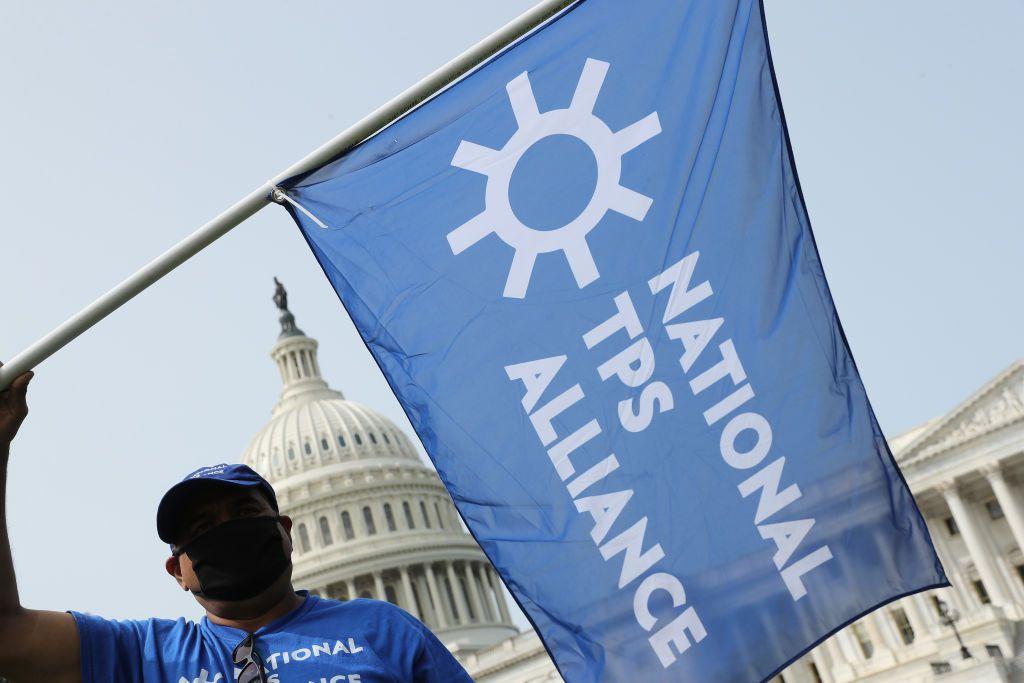 Una persona de la National TPS Alliance, se manifiesta frente al Congreso en Washington D.C., para pedir la legalización de inmigrantes` con estatus de TPS el 15 de septiembre de 2020.