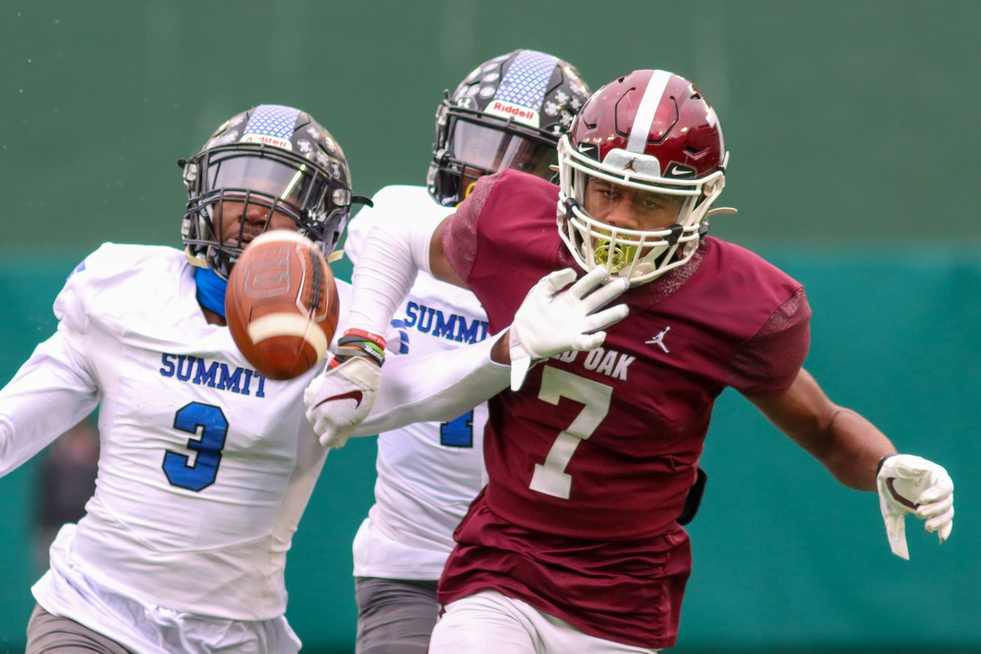 Red Oak wide receiver Raymond Gay Jr. (7) watches the ball land incomplete alongside Mansfield Summit defensive back Ahmaad Moses (3) during the first half at Globe Life Park in Arlington, Texas, Friday, Jan. 1, 2021. (Elias Valverde II / Special Contributor)
