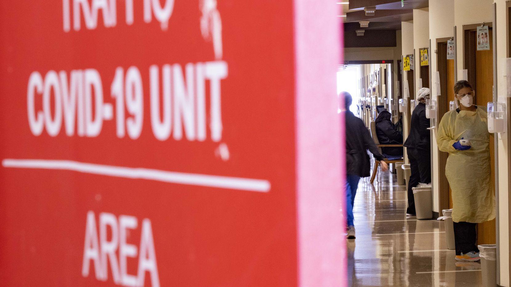 Esta puerta roja separa a los pacientes más graves de covid-19 en la Unidad Táctica de Covid en el Hospital Parkland.