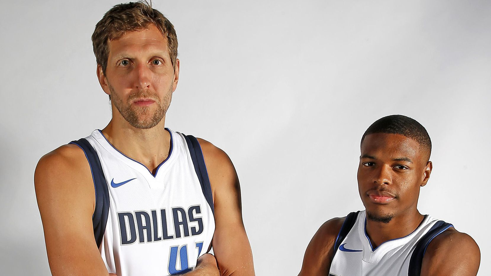 """El delantero veterano Dirk Nowitzki y el guardia novato Dennis Smith Jr. posan para una fotografía el lunes en el """"Media Day"""" de los Mavericks de Dallas. (Staff Photographer/Jae S. Lee)"""