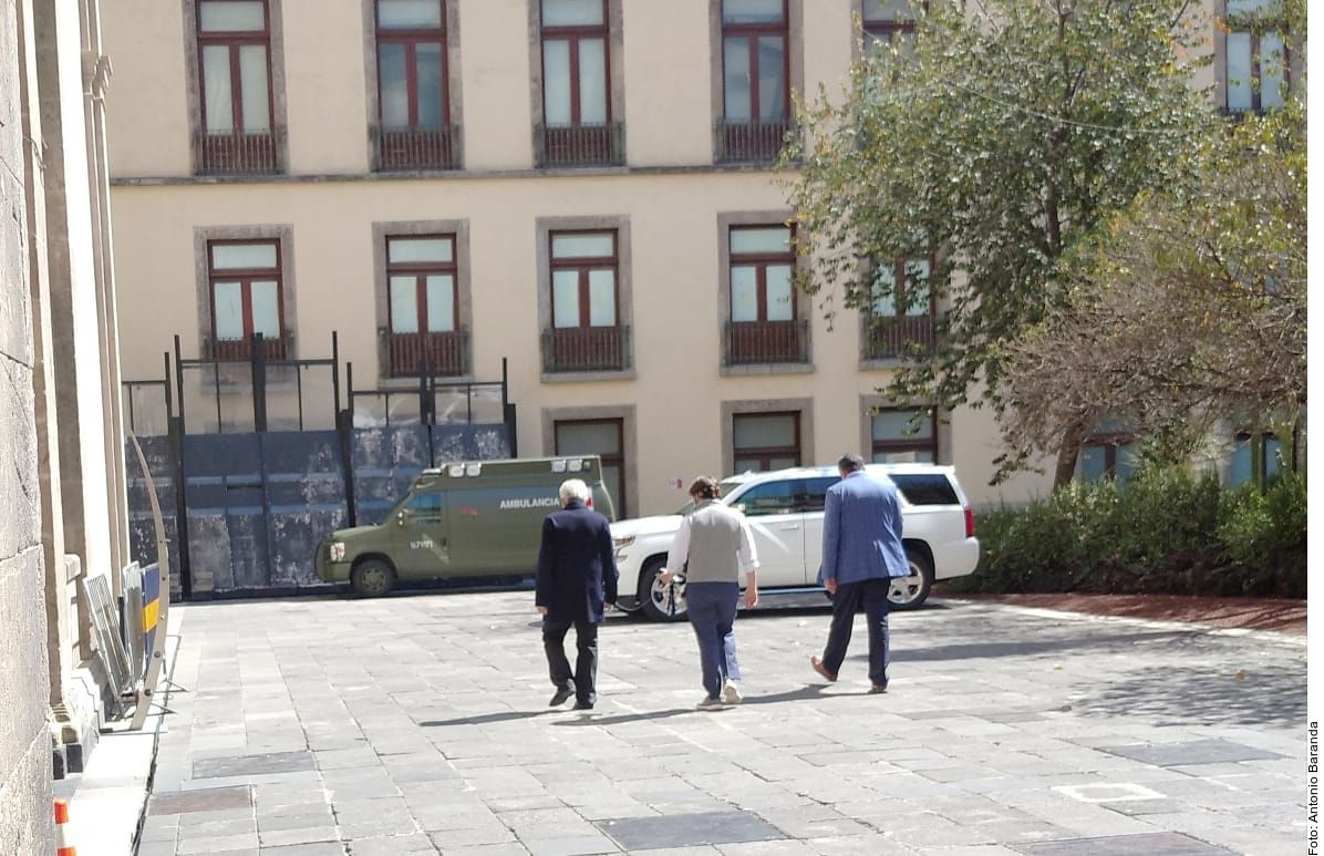 Junto a personal de Ayudantía, el presidente Andrés Manuel López Obrador, quien tiene covid-19, hizo un recorrido el jueves portando cubrebocas por zonas de Palacio Nacional.