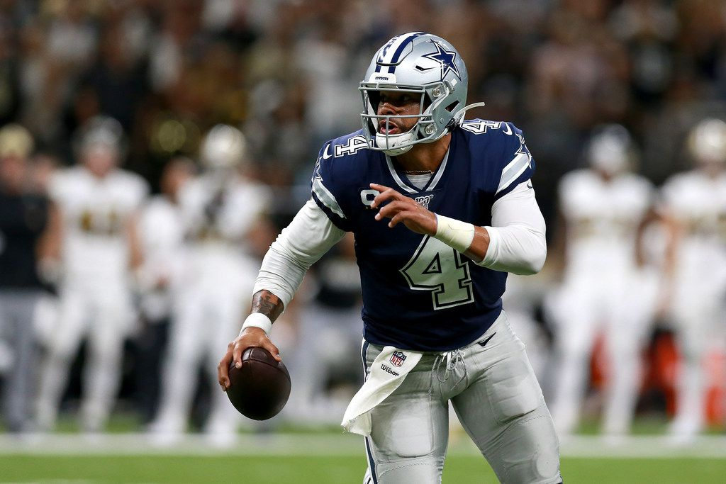 El mariscal de los Dallas Cowboys, Dak Prescott, busca hacer una jugada ante los Saints de Nueva Orleáns, el 29 de septiembre de 2019 en el Mercedes Benz Superdome de New Orleans.