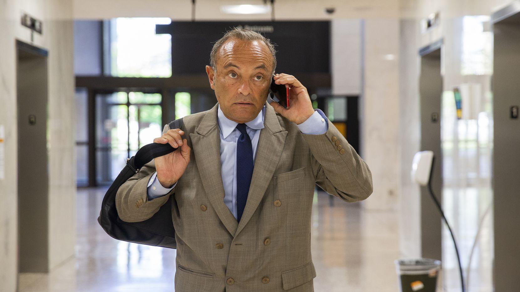 El abogado de inmigración Fernando Dubove habla con uno de sus clientes luego de entregar documentos en el casi vacío edificio de las cortes en Dallas, en donde los juicios migratorios no han sido cancelados pese a la pandemia.