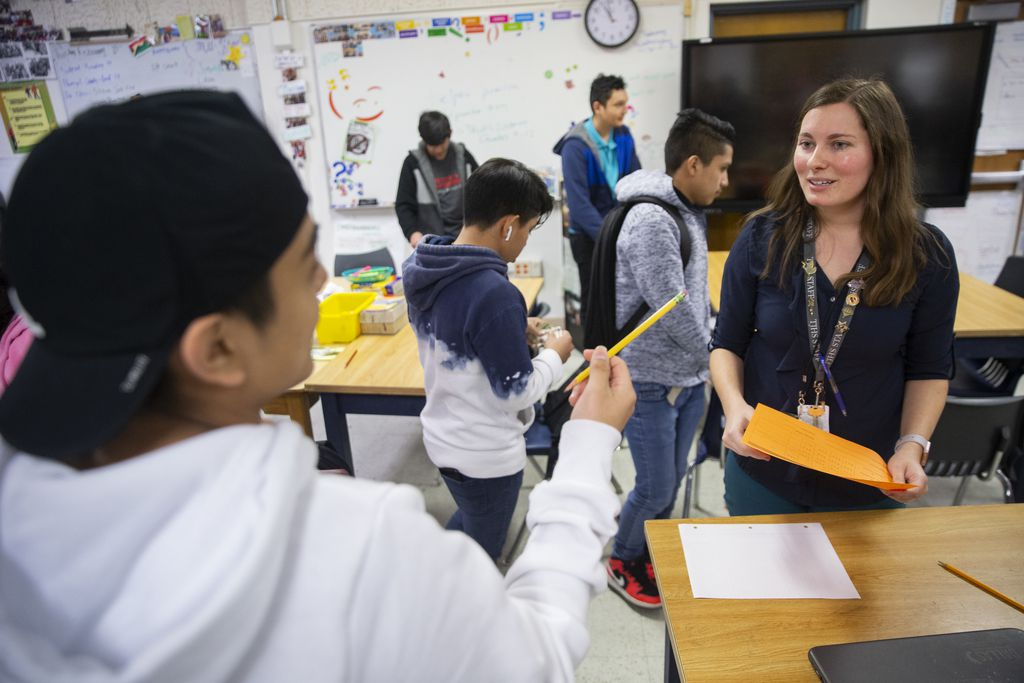 Autumn Slosser, de 28 años, es maestra de Inglés en la preparatoria Thomas Jefferson. El año pasado recibió a estudiantes que hablaban solo Q'eqchi', una lengua maya de Guatemala. Se dio a la tarea de aprender un poco y conseguir recursos para ayudar a sus estudiantes, que ahora ya saben un poco de español e inglés.