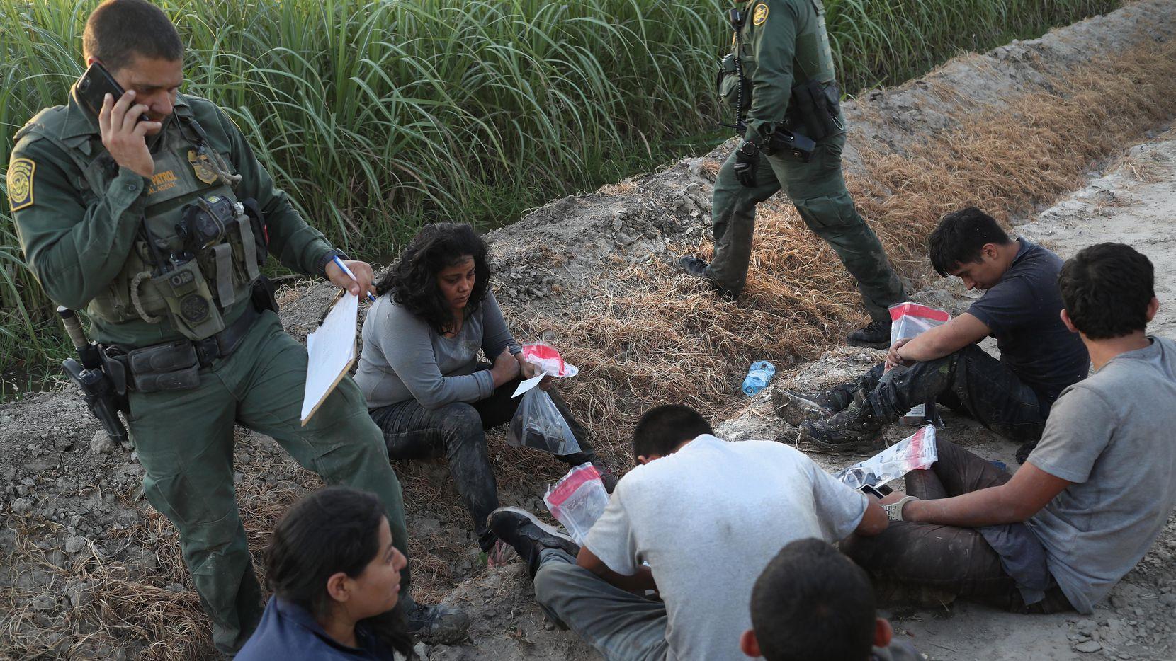 Agentes de la Patrulla Fronteriza detienen a una grupo de inmigrantes de centroamerica en la orilla del Río Grande, en la frontera entre Estados Unidos y México. (GETTY IMAGES/JOHN MOORE)