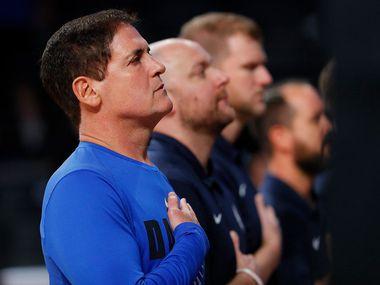 El propietario del los Mavericks de Dallas, Mark Cuban, ha respaldado a los jugadores de su equipo que elijan hincarse durante la entonación del himno nacional.