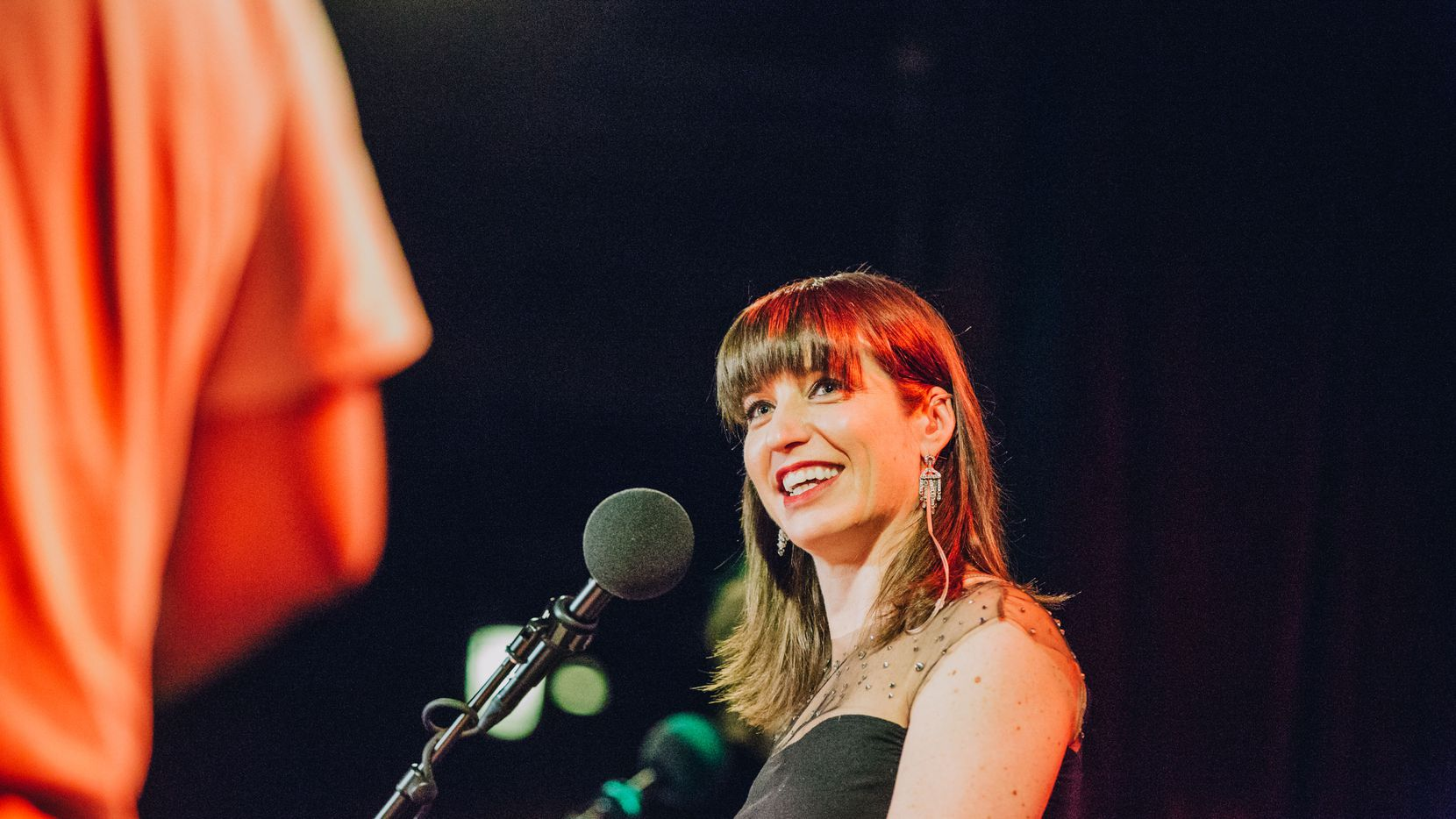 Host and comedian Ophira Eisenberg addresses the crowd of Ask Me Another. (Sylvie Rosokoff)