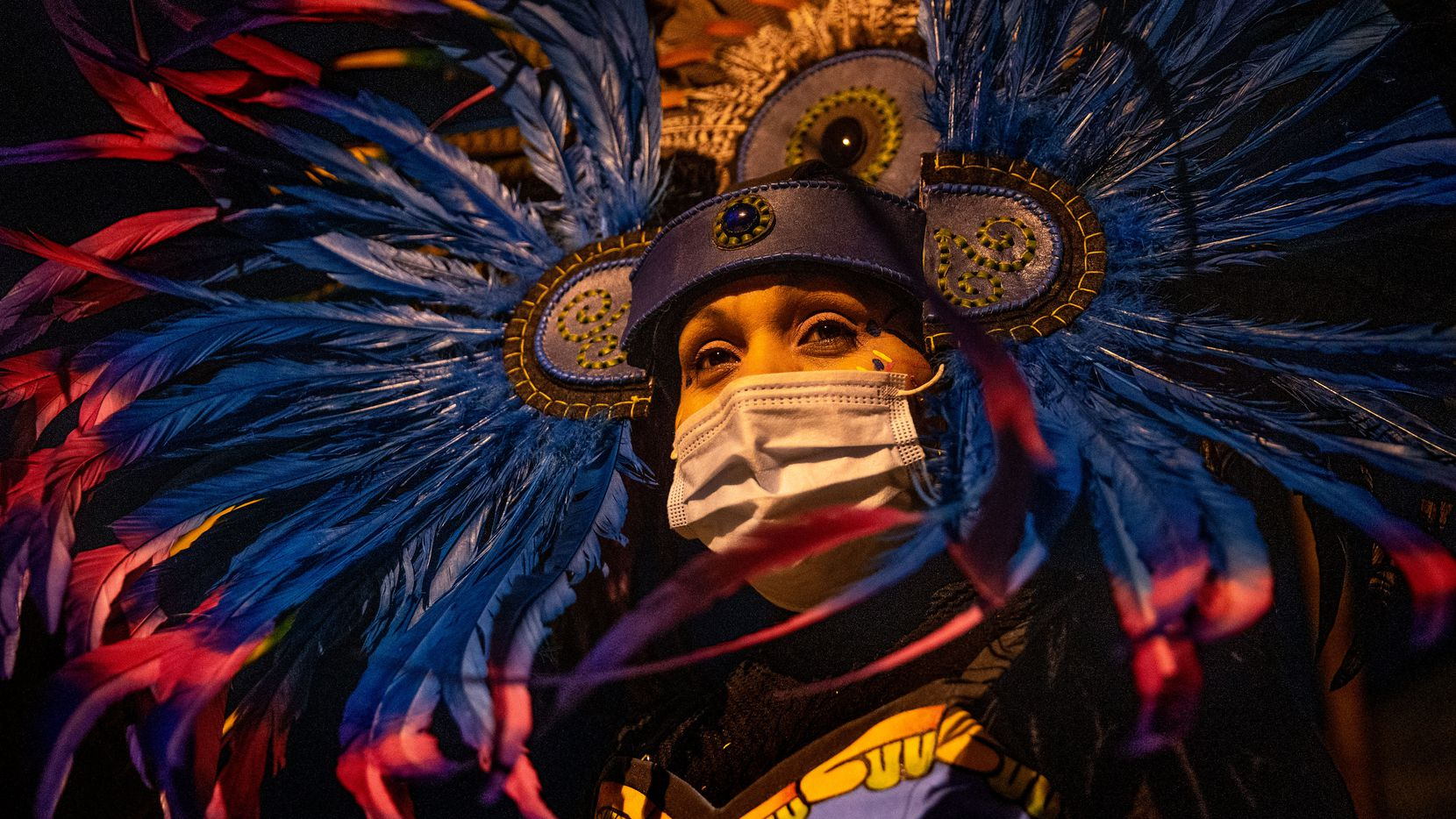 Rosario Flores, lider de Danza Chichimeca San Miguel de Arcangel, participa de un ensayo en las afueras de la primaria Leslie A. Stemmons. El grupo se prepara para el Día de la Virgen de Guadalupe que será muy diferente con las restricciones de la pandemia.