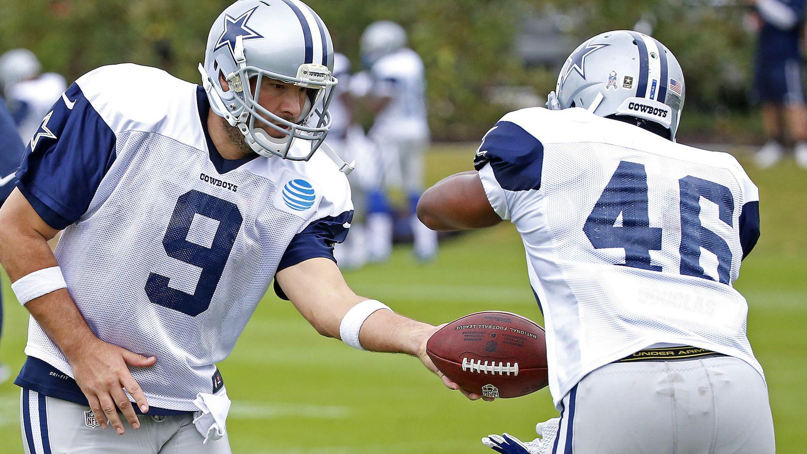 El mariscal de los Cowboys de Dallas Tony Romo (9) practicó el miércoles por primera vez con el primer equipo desde que sufrió una fractura de clavícula en agosto. (AP)