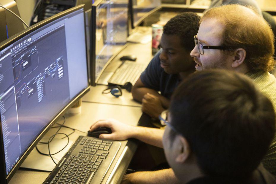 Brian Walker (centro) es el instructor del curso de videojuegos en Richland College. La industria de los videojuegos aun está dominada por hombres.