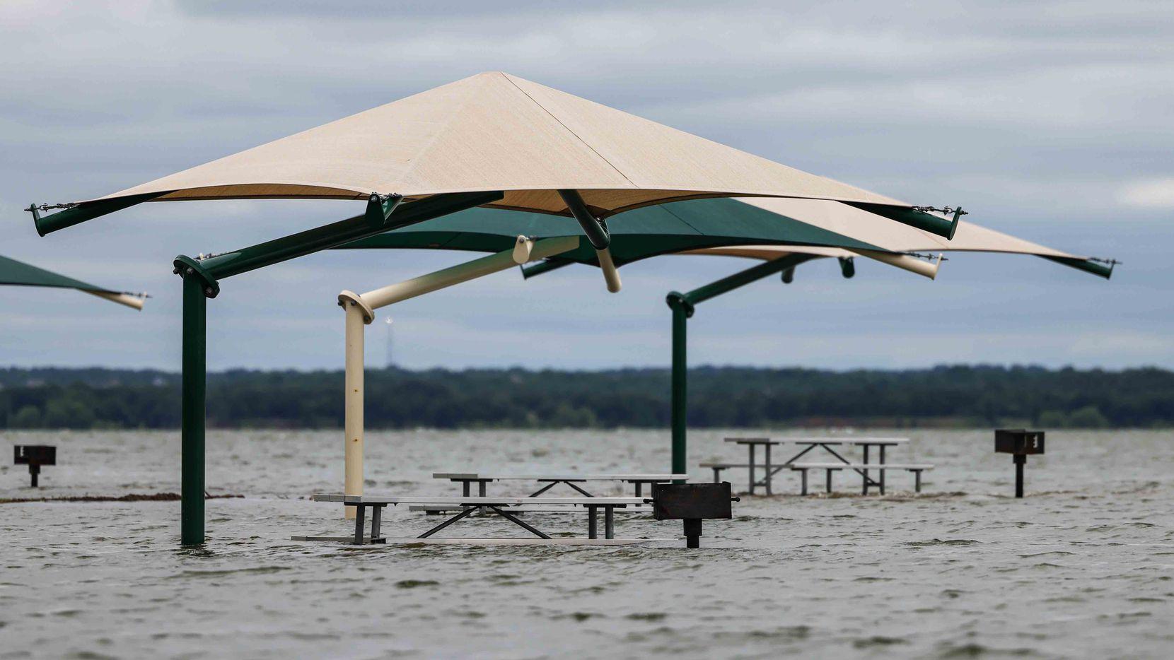 El lago Grapevine se desbordó y ahora cubre el área de picnic para las familias. Algunos lagos del área fueron cerrados debido a las inundaciones, un peligro que continuará durante el fin de semana.