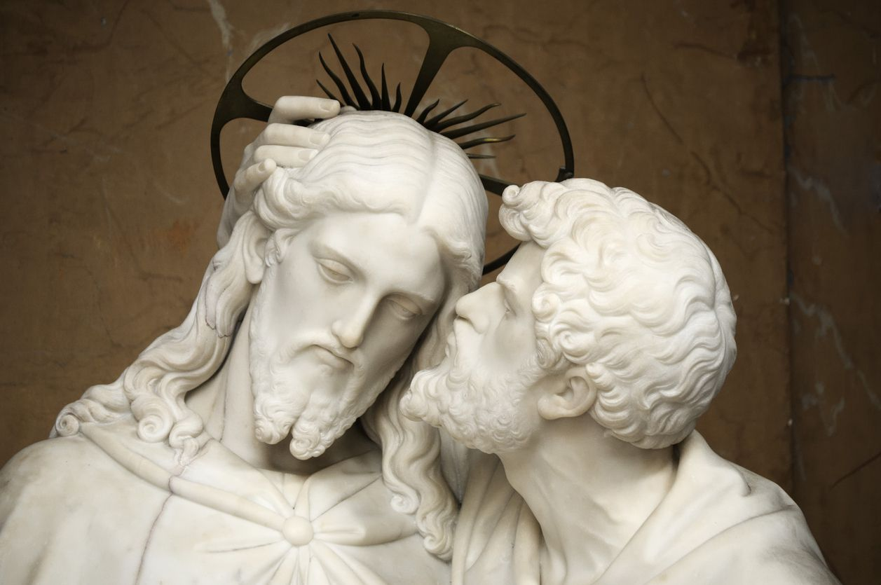 The statue sculpted by Ignazio Jacometti (1854) represents Judas kissing Jesus Christ as a sign of betrayal.