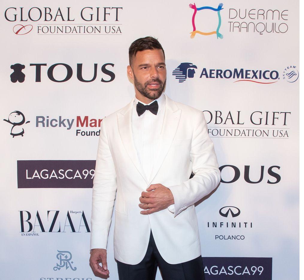Ricky Martin arremte en contra de quienes no quieren vacunarse contra covid-19 y exhorta a la gente a que sí lo haga.