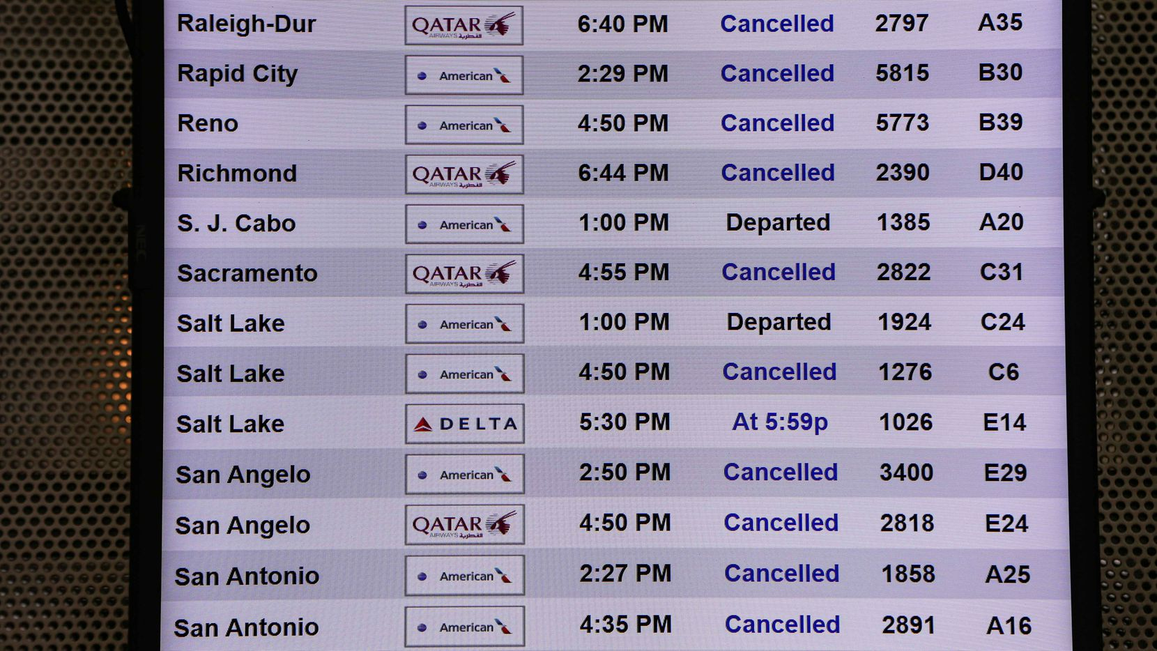 Several airlines at DFW International Airport cancel, delayed hundreds of flights as snow, ice descended over Dallas metro area on Sunday, February 14, 2021. (Lola Gomez/The Dallas Morning News)