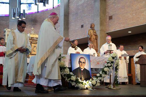 El obispo Edward J. Burns ofició una misa en la iglesia San Lucas por la canonización de Oscar Arnulfo Romero. MARÍA OLIVAS/ESPECIAL PARA AL DÍA