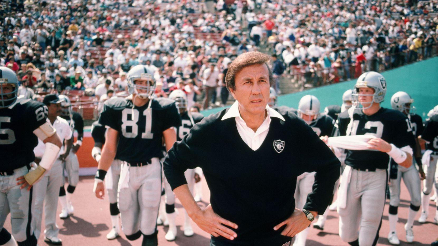 El entrenador Tom Flores antes de un juego de los Raiders de Los Ángeles en 1987.