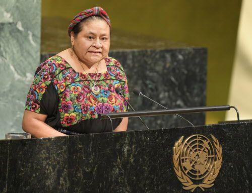 La activista por los derechos humanos Rigoberta Menchu pronuncia un discurso en un foro de la Cultura de la Paz en la sede de las Naciones Unidas, el 5 de septiembre del 2018. (Evan Schneider/The United Nations por AP)