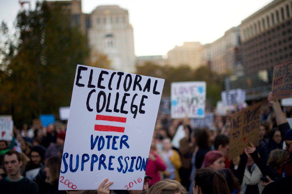Una pancarta en desacuerdo con el colegio electoral durate una manifestación afuera del Independence Hall, en Filadelfia.